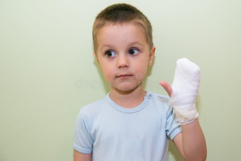 Braço enfaixado de uma criança foto de stock