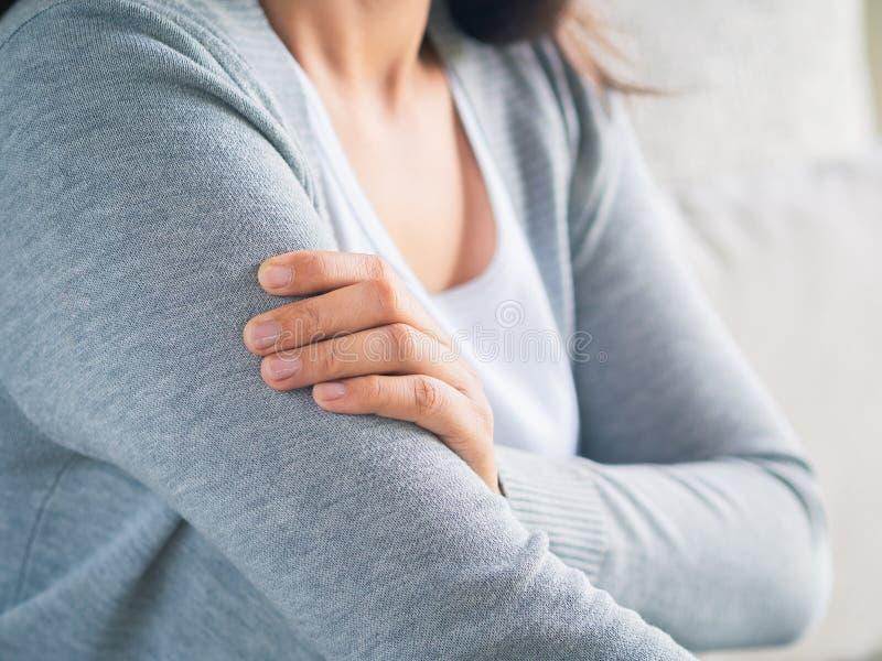 Braço fêmea do ` s do close up Dor e ferimento do braço Cuidados médicos e médico fotos de stock