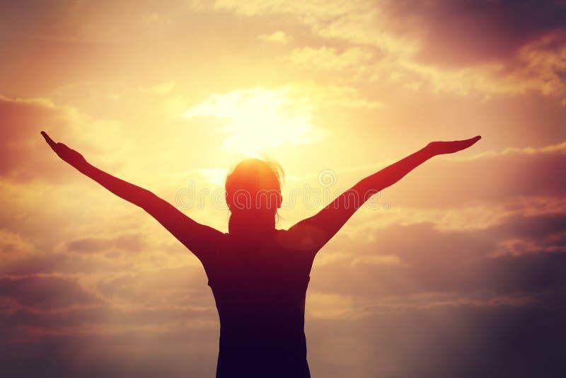 braços abertos da jovem mulher na praia do nascer do sol imagem de stock