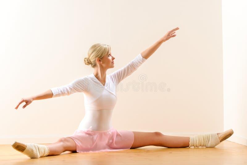 Braços de levantamento do dançarino de bailado que exercitam no estúdio imagens de stock royalty free