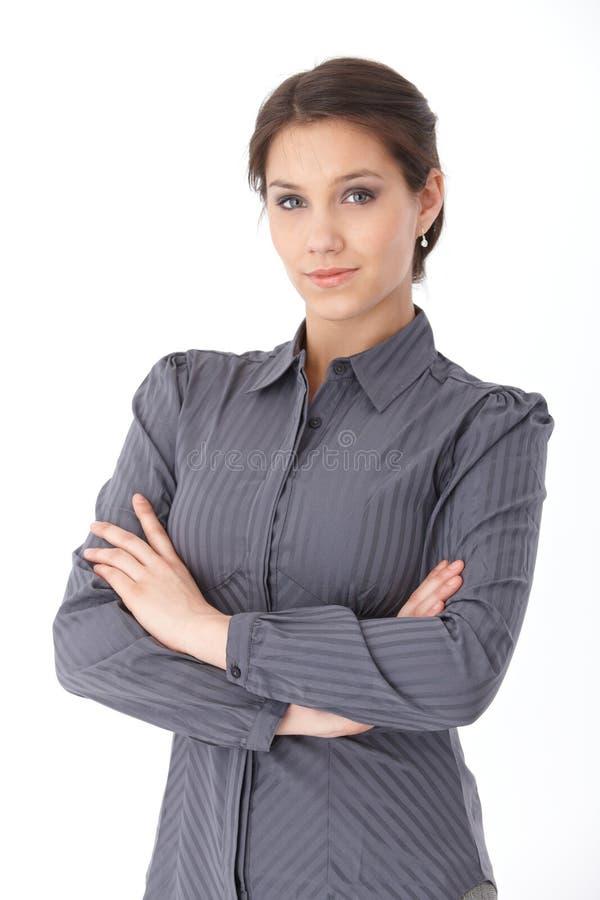 Braços eretos da mulher de negócios atrativa cruzados fotografia de stock