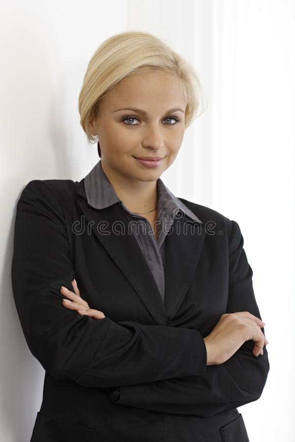 Braços eretos da mulher de negócios nova cruzados imagens de stock