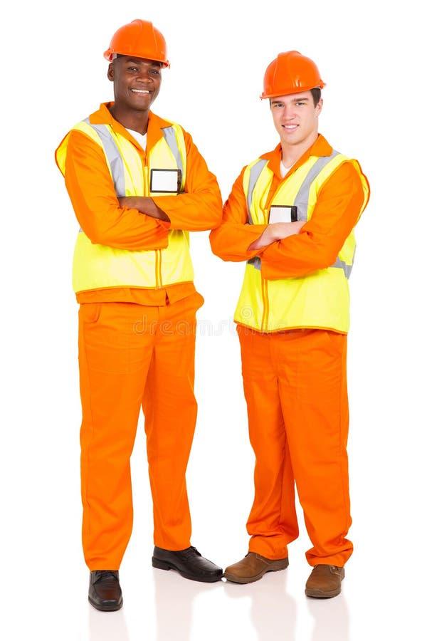 braços masculinos dos contratantes cruzados imagens de stock royalty free