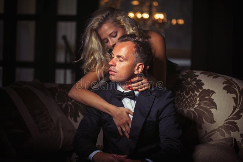 Braços wraping da mulher em torno do homem foto de stock royalty free