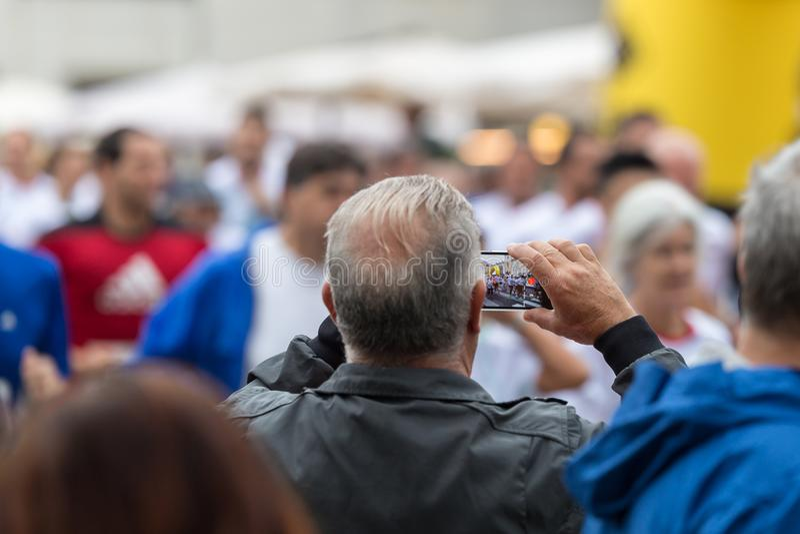 Brać Cyfrowej fotografię z Smartphone podczas Jawnego miasto maratonu wydarzenia sportowego zdjęcia royalty free