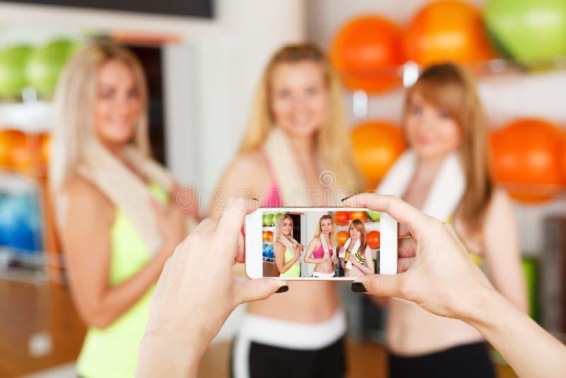 Brać fotografię dziewczyny POV wizerunek, smartphone ekran fotografia stock