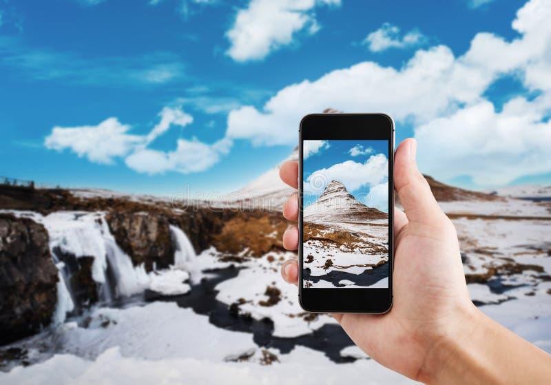 Brać krajobrazowy halny Kirkjufell w zimie mobilnym mądrze telefonem obraz royalty free