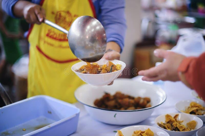 Brać opiekę bezdomny dzielić jedzenie jest nadzieją bieda: pojęcie błagać i głód zdjęcia royalty free