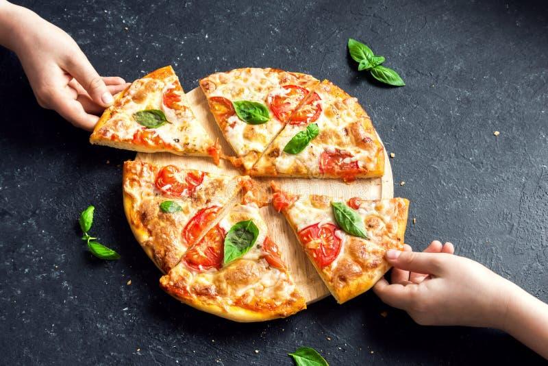Brać plasterek pizza Margherita obraz royalty free
