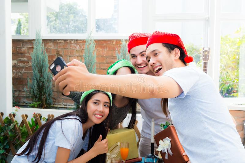 Brać selfie portreta rodziny lub przyjaciele z mądrze telefonem na dalej Wesoło bożych narodzeniach, Szczęśliwym nowego roku waka obraz stock
