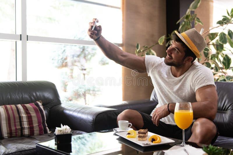 Brać Selfie z telefonem w hotelu lobby barze obraz stock