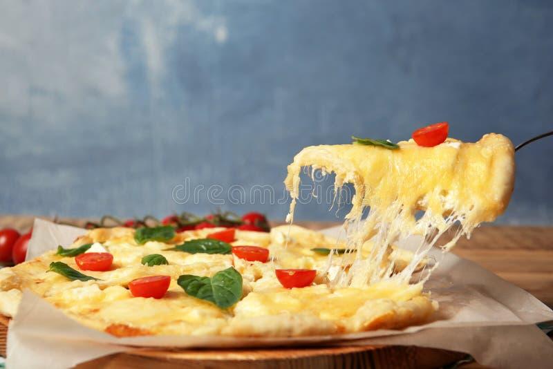 Brać smakowitego domowej roboty pizza plasterek z rozciekłym serem zdjęcia royalty free