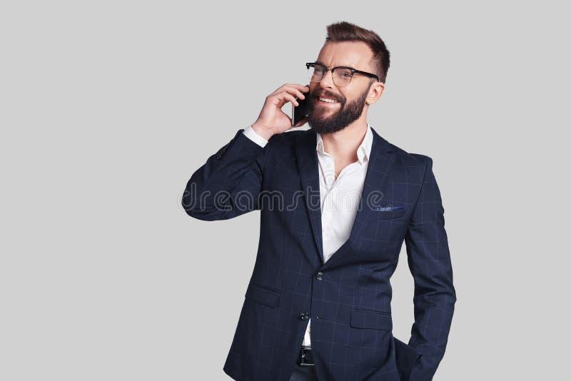 Bra affärssamtal Stilig ung man i formalwear som talar på arkivbild