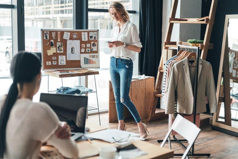 Bra arbetsdags Härlig ung kvinna som skriver en affärsmessag fotografering för bildbyråer