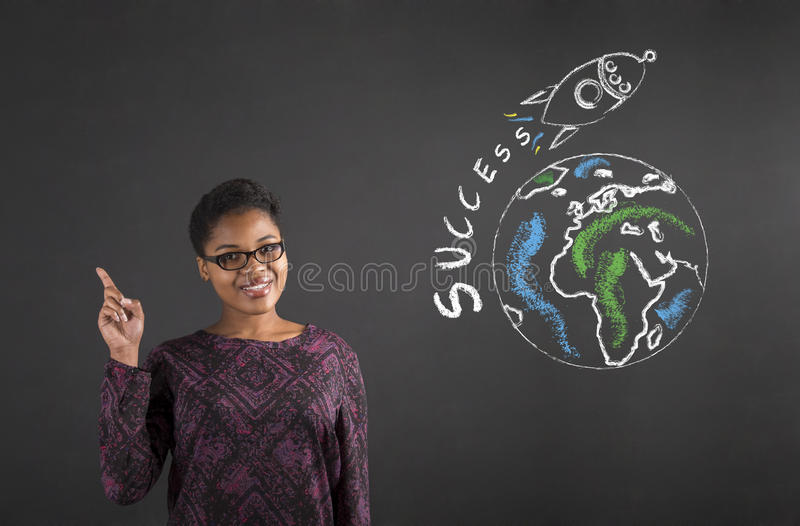 Bra idé för afrikansk kvinna om världsframgång på svart tavlabakgrund fotografering för bildbyråer