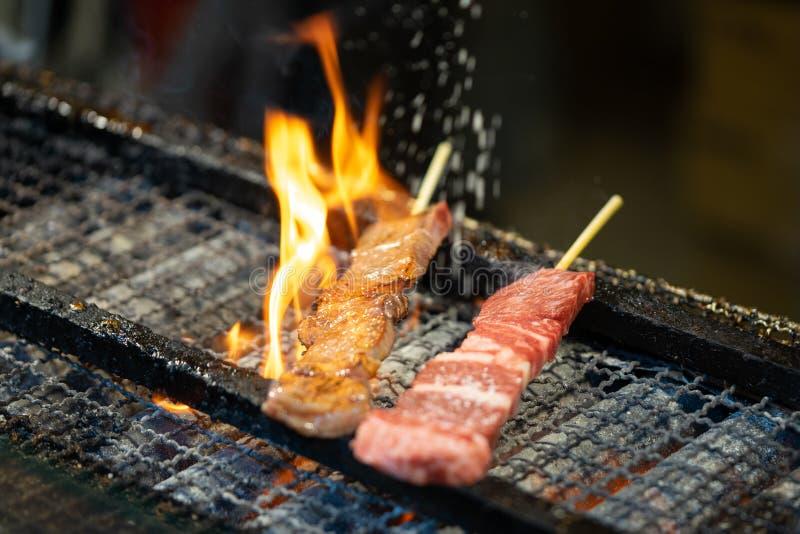 Bra kvalitets- nötkött som grillas på kol som strilar saltar Famoen royaltyfri fotografi