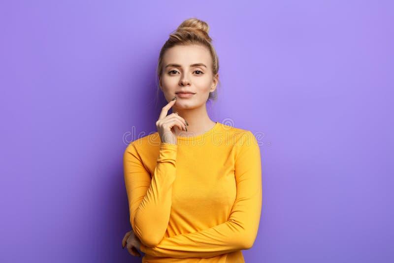 Bra loking stilfull glamourkvinna med fingret på hennes haka arkivbilder