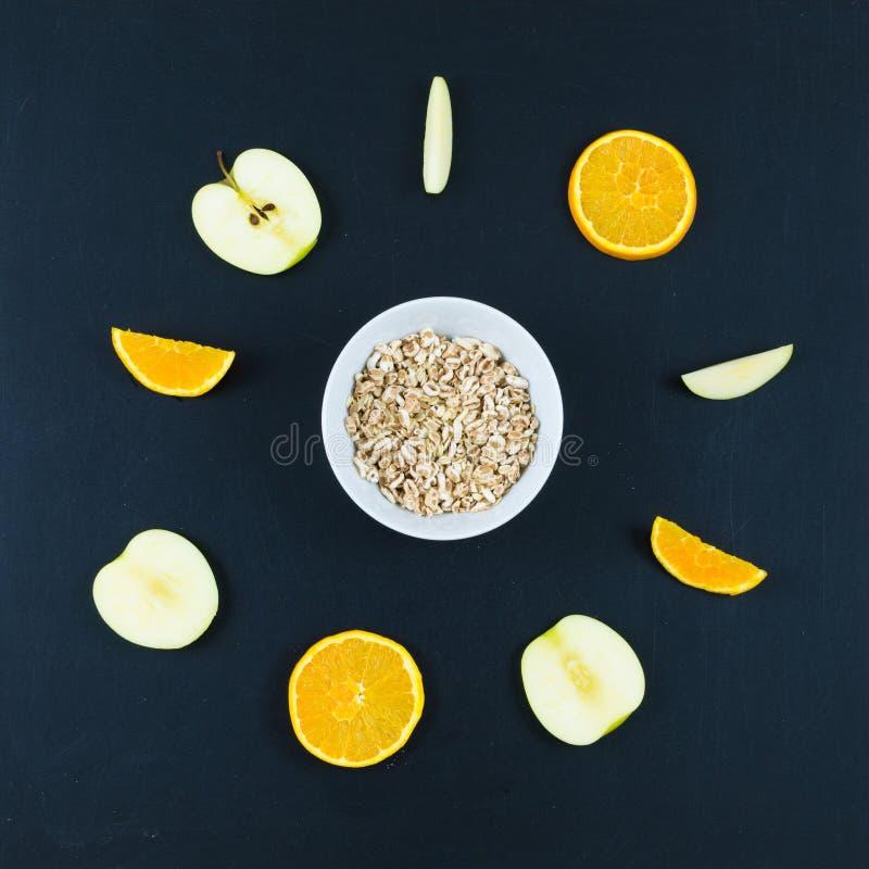 Bra morgon med den sunda frukosten med sammansättningslägenheten som är lekmanna- av arkivfoto