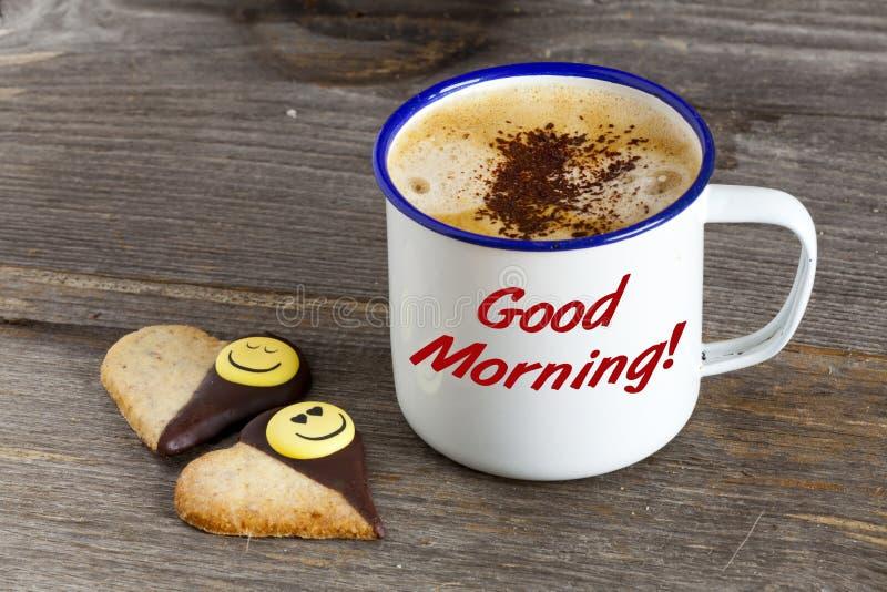 Bra morgon med kaffe och Smiley Cookies fotografering för bildbyråer