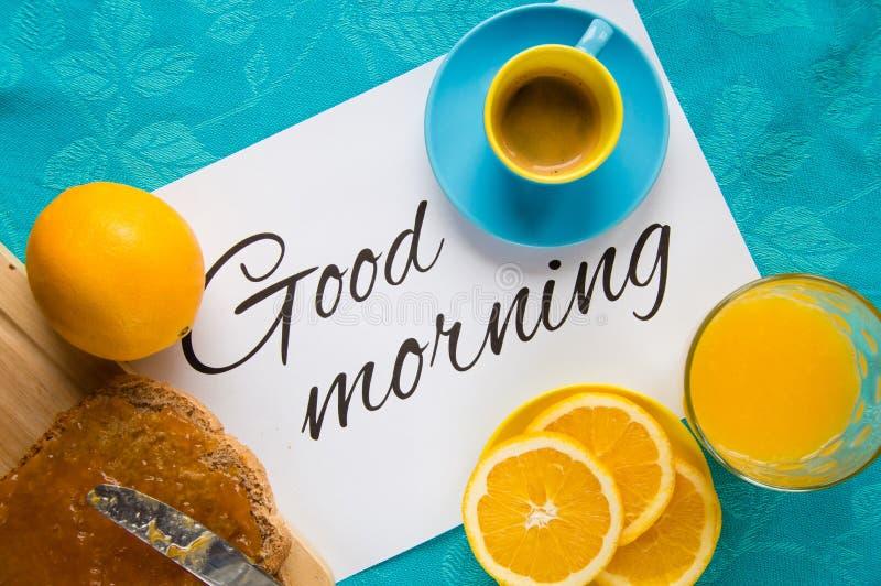 Bra morgon med orange fruktsaft, bröd och driftstopp arkivfoto