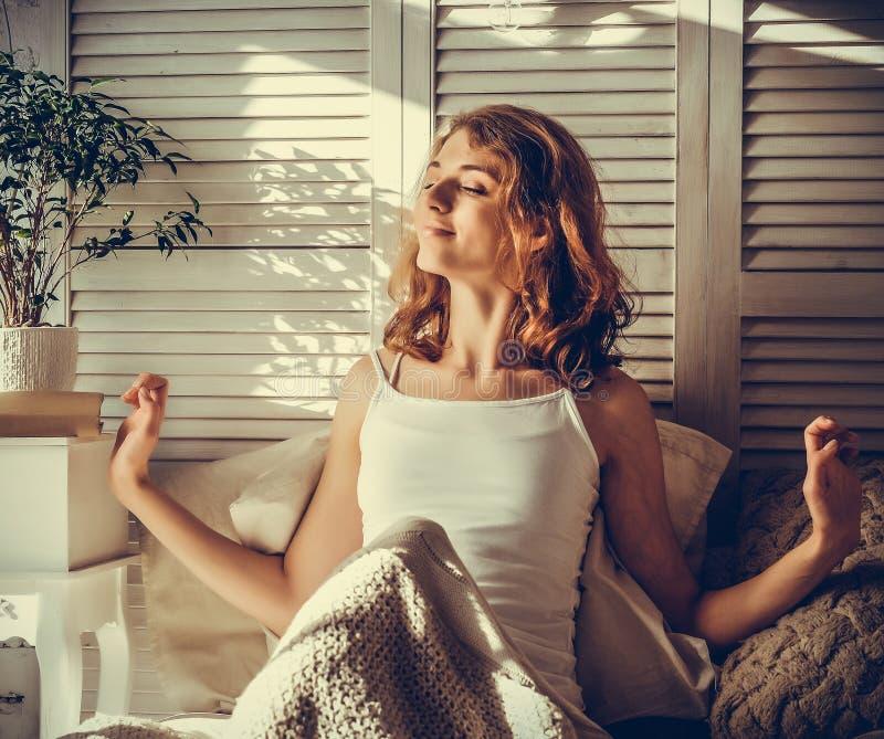 Bra morgon! Ung härlig kvinna som fullständigt vaknar upp i hennes säng r arkivfoton