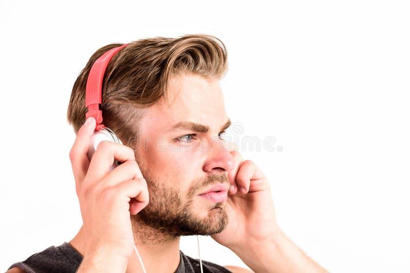 Bra musik ?kar min produktivitet sportmusik glädje och att koppla av sexig muskulös man att lyssna sportmusik h?rlurar med mikrof royaltyfria foton