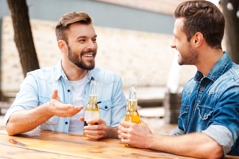 Bra samtal med vännen royaltyfri fotografi