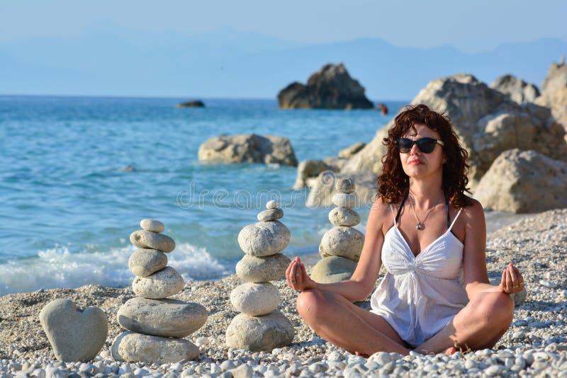 Bra seende övande yoga för kvinna arkivbilder