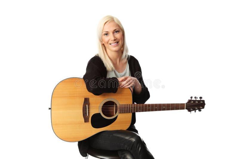 Bra seende blond sångarelåtskrivare arkivbild