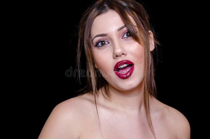 Bra seende dam med avtäckta skuldror och satt en klocka på röd läppstift royaltyfri foto