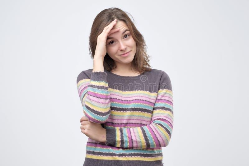 Bra seende unga kvinnliga fniss joyfully, räkningar vänder mot, som försök stoppar att skratta fotografering för bildbyråer