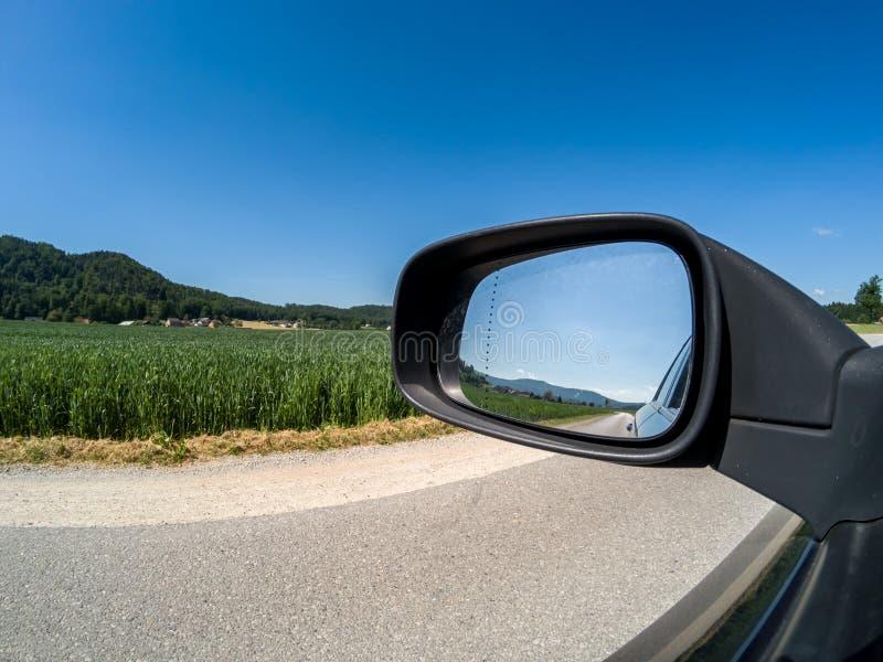 Bra soligt väder för väg och för sidospegel royaltyfri bild
