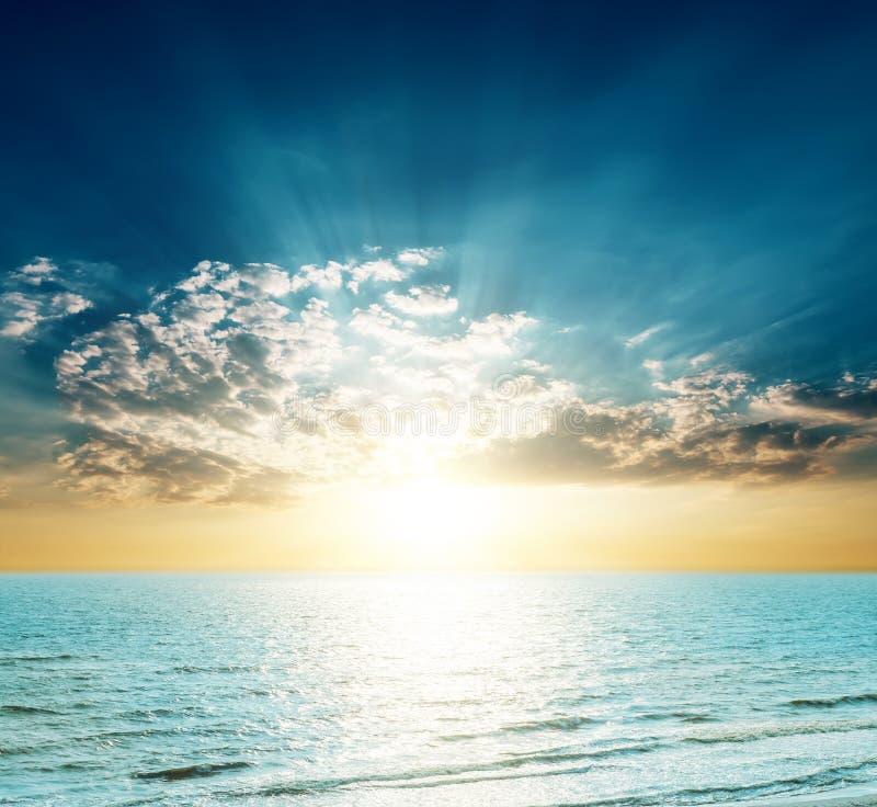 Bra solnedgång över det blåa havet royaltyfri fotografi