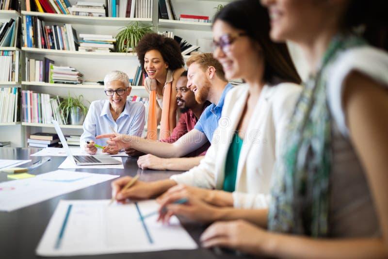 Bra teamwork f?r aff?rsfolk i regeringsst?llning Lyckat m?tande arbetsplatsbegrepp f?r teamwork arkivbilder
