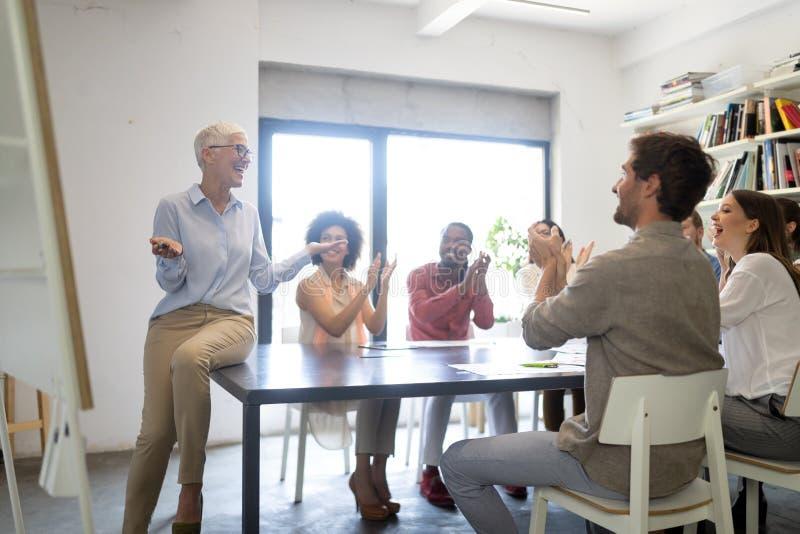 Bra teamwork f?r aff?rsfolk i regeringsst?llning Lyckat m?tande arbetsplatsbegrepp f?r teamwork arkivfoton