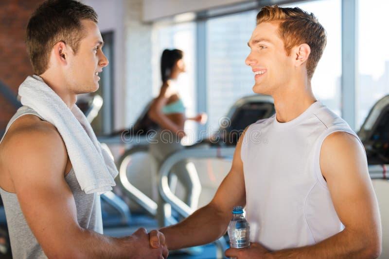 Bra vänner för möte i idrottshall arkivfoton