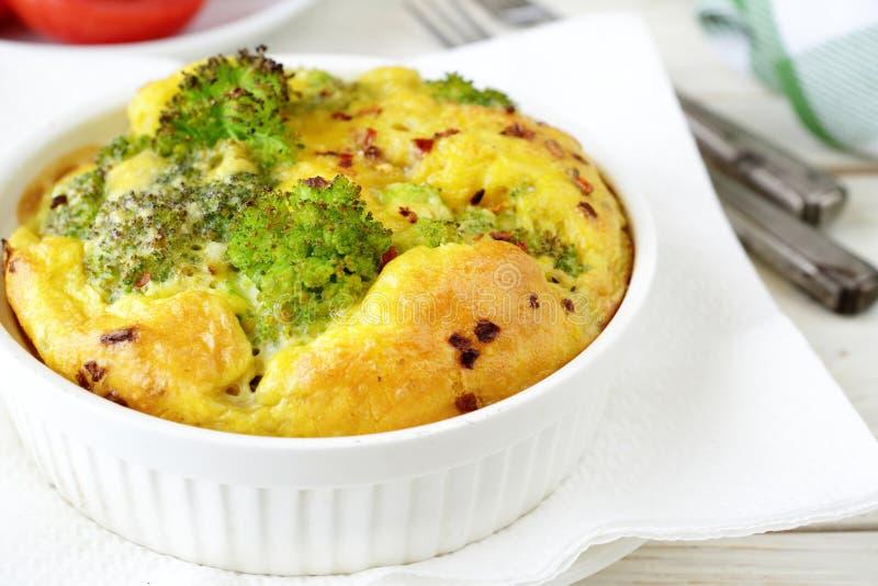 Braadpan met broccoli en kaas stock foto