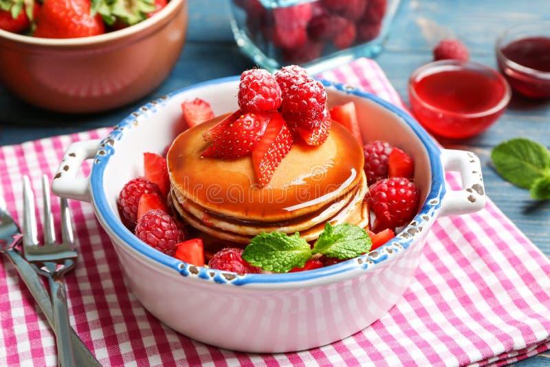 Braadpan met heerlijke pannekoeken stock afbeeldingen