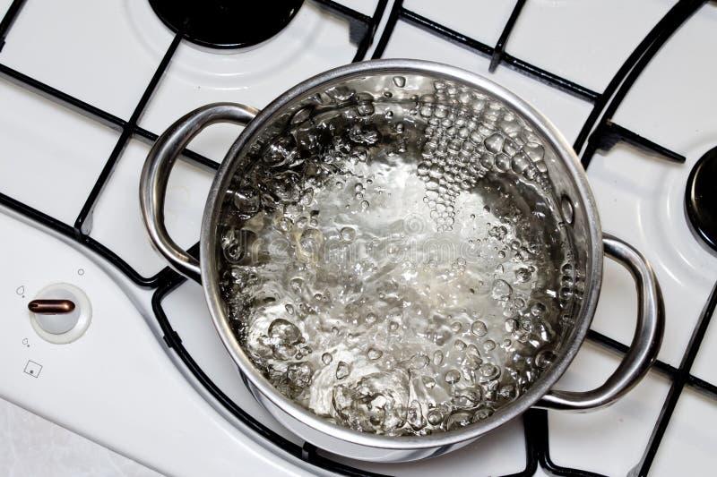 Braadpan met kokend water op het fornuis royalty-vrije stock fotografie