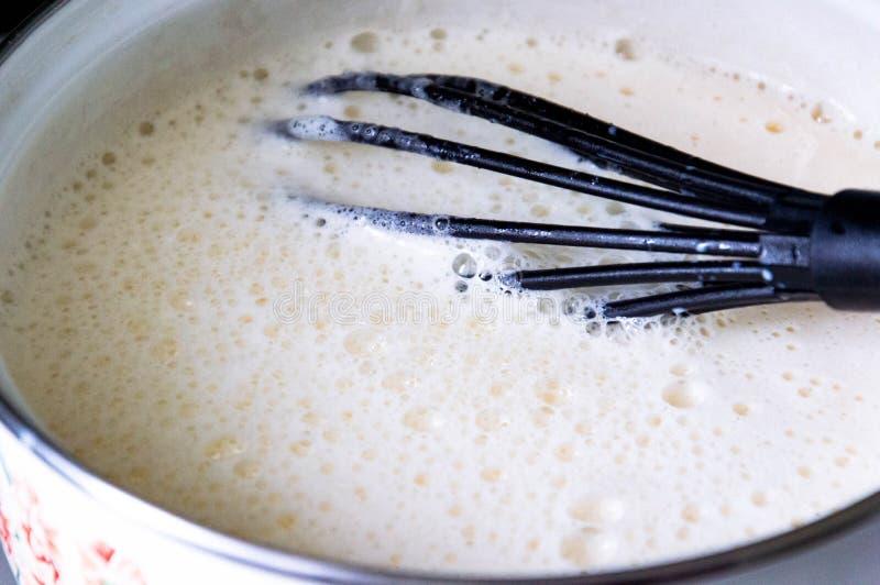 Braadpan met kokende melk royalty-vrije stock afbeelding
