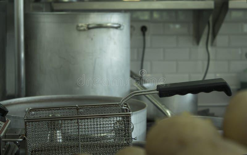 Braadpanvoedsel in keuken stock foto's