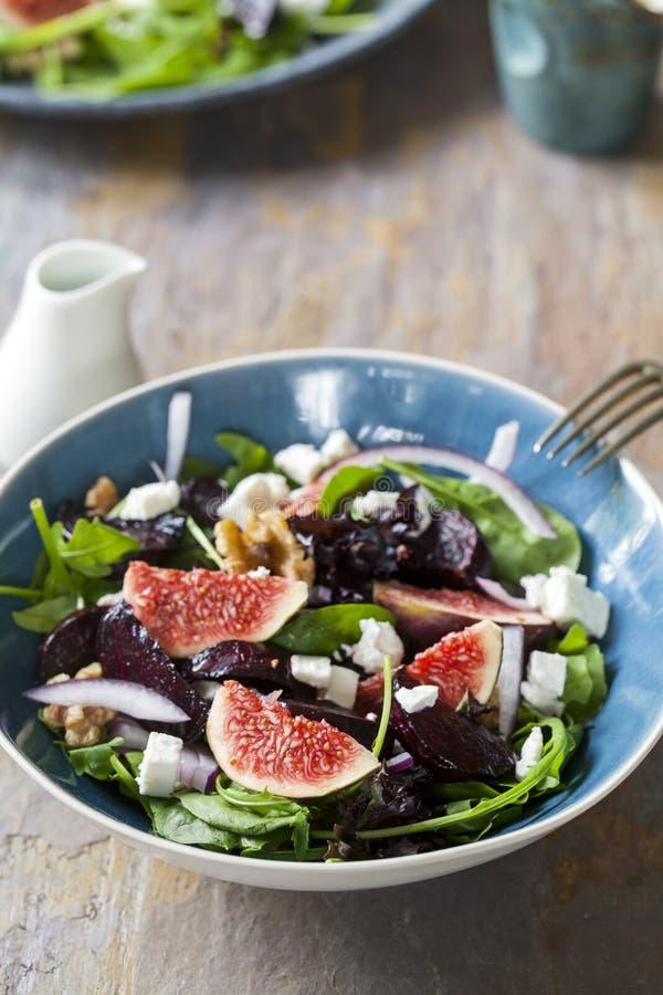 Braadstukbieten, fig. en feta-salade stock foto