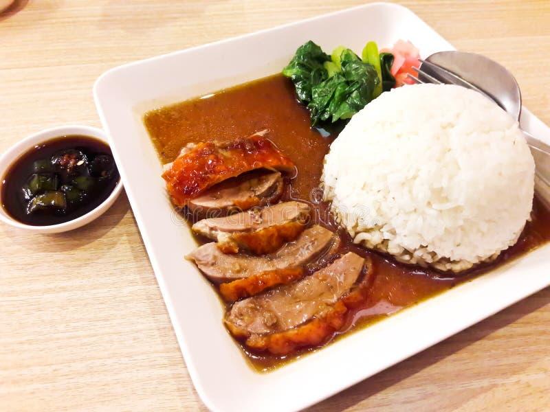 Braadstukeend over rijst stock foto's