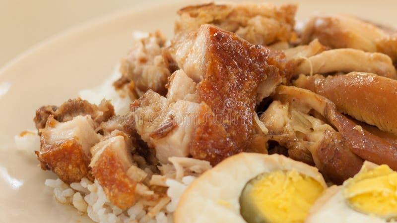 Braadstukkip en knapperig varkensvlees met rijst en gekookt ei royalty-vrije stock fotografie