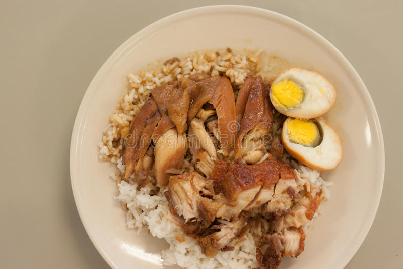 Braadstukkip en knapperig varkensvlees met rijst en gekookt ei royalty-vrije stock foto