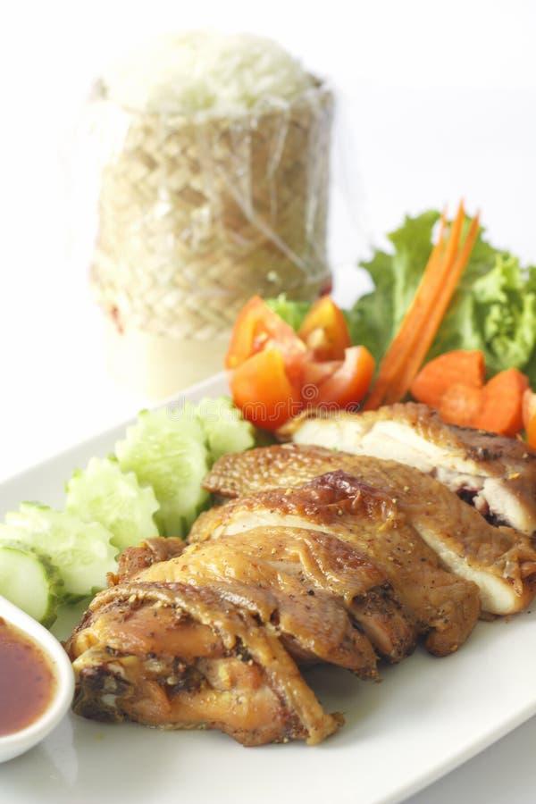 Braadstukkip met gestoomde glutineuze die rijst op witte achtergrond & x28 wordt geïsoleerd; selectieve focus& x29; stock foto