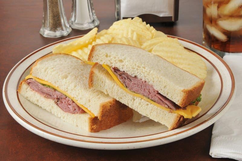 Braadstukrundvlees en de sandwich van de cheddarkaas royalty-vrije stock fotografie