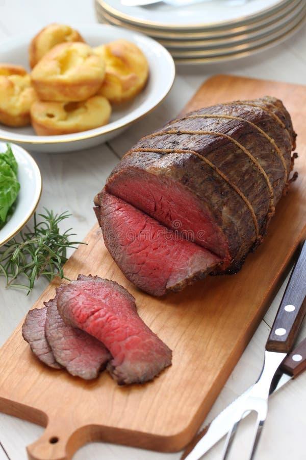 Braadstukrundvlees met de pudding van Yorkshire stock foto