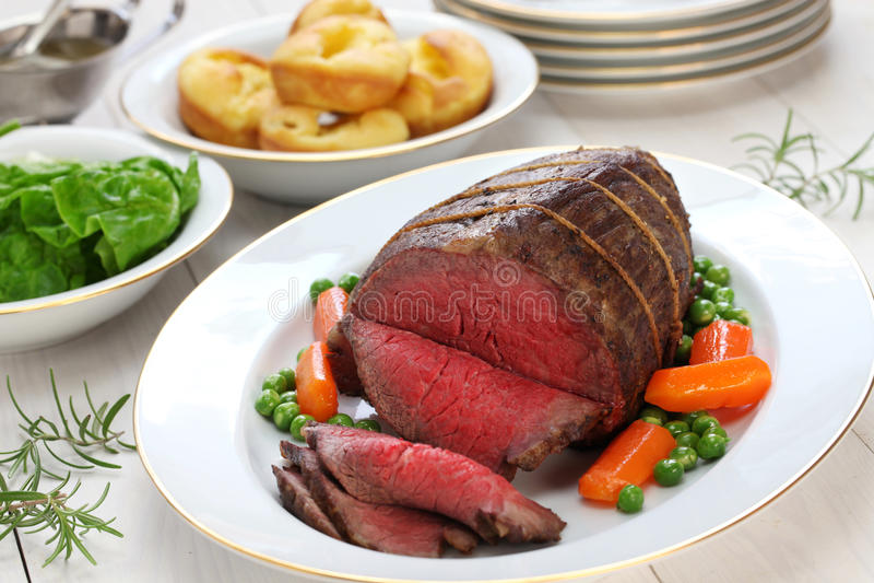 Braadstukrundvlees met de pudding van Yorkshire stock foto's