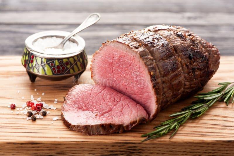 Braadstukrundvlees met rozemarijn royalty-vrije stock afbeeldingen